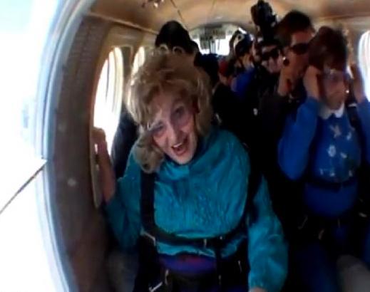 Yaşlı kadın paraşüte asılı kaldı