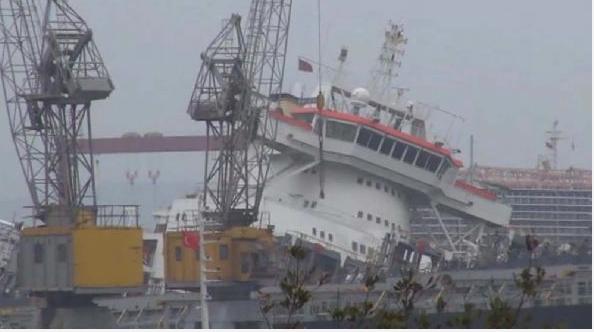 Tersanede panik gemi yan yattı