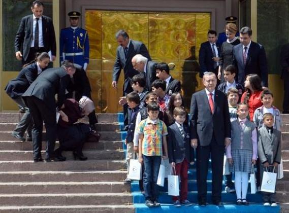 Başbakanlık merdivenlerinden fena düştü