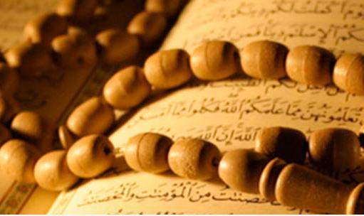 Kadir Gecesi'nin hiç duymadığınız faziletleri -10-Ramazanın son on gününe girildiğinde Hz. Peygamber (sav) dünyevi işlerinden uzaklaşıp itikâfa çekilir, geceleri daha çok ibadet ve tefekkürle geçirdiği gibi ailesini de ibadet için uyanık tutardı. [11]