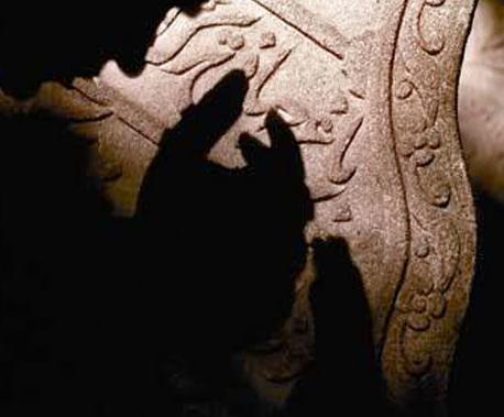 """Kadir Gecesi'nin hiç duymadığınız faziletleri -12-Ebu Hureyre (r.a.)dan : Ramazan ayı geldiğinde Resulullah (sav) şöyle buyurmuş : """"Ramazan ayı geldi, o mübarek bir aydır, o ayın orucunu Allah size farz kılmıştır. O ayda cennet kapıları açılır, cehennem kapıları kapanır ve şeytanlar zincire vurulur. Onda bir gece vardır ki, bin aydan daha hayırlıdır. O gecenin hayrından mahrum kalan gerçekten mahrum kalmıştır."""" [13]"""