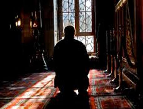 Kadir Gecesi'nin hiç duymadığınız faziletleri -16-Bu gece bin aydan daha hayırlı olan ve fecre kadar devam selam ve esenlik dolu bir gecedir. Bu gece oruç, Kuran, teravih ve diğer ibadetlerle temizlenen müminlerin, meleklerle melekleştiği şükran gecesidir.  O halde, mukaddes kitabımız Kur'an-ı Kerim'in kâinatı aydınlatmaya başladığı, meleklerin Allah'a kulluk eden müminleri müjde ile kuşattığı, rabbimizin af ve mağfiretinin coştuğu ve bin aydan daha hayırlı olduğu bildirilen selam ve kurtuluş gecesi olan Kadir gecesini gafletle, dalgınlıkla, ibadetten uzak geçirmeyelim.