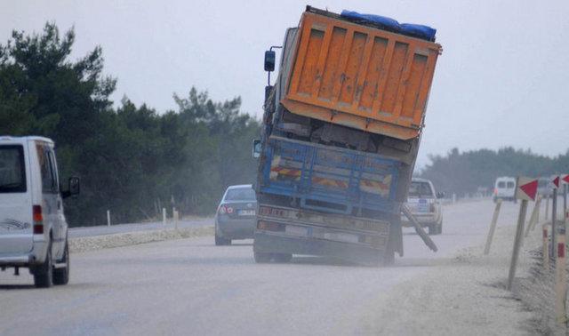 Yurdum İnsanından acayip uyanıklıklar -11-Kamyonun üzerine yüklenen başka bir kamyon adete kazaya davetiye çıkarıyor