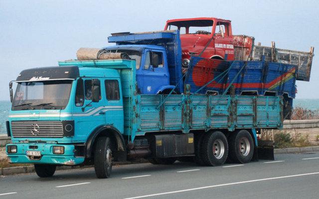 Yurdum İnsanından acayip uyanıklıklar -12-Kamyon üstünde taşınan iki kamyon karayolunda ilginç bir görüntü oluşturdu