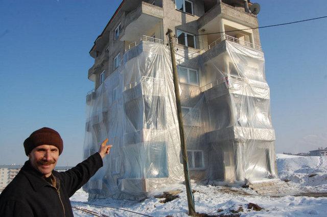 Yurdum İnsanından acayip uyanıklıklar -26-Bu nedenle apartamının alttan üç katını naylonla kaplayabildik. Bu işlemi yaptıktan sonra evimiz ısınmaya başladı. Yüzde 30 yakıt tasarrufu elde ettik. Naylonun rüzgardan yırtılmaması için de demir çubuklarla güçlendirdik.