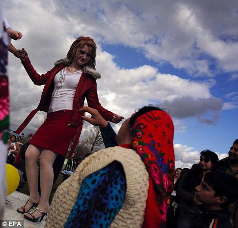 Burada kızlarını satıyorlar -1-Bu festival Bulgaristan'da her yıl düzenleniyor...