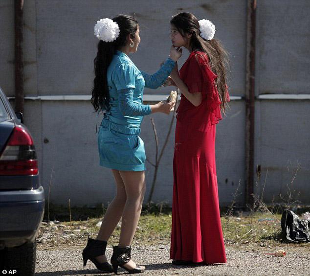 Burada kızlarını satıyorlar -2-Abartılı makyajlarıyla görücü karşısına çılan bu kızlar,evlenebilecekleri bir erkek bulmak için birbirleriyle yarışıyor...