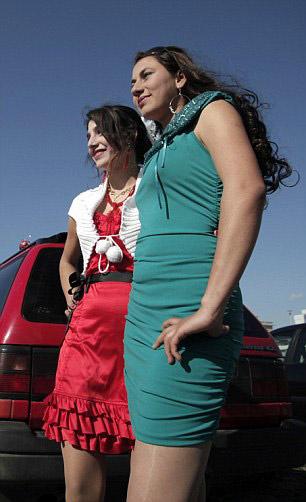Burada kızlarını satıyorlar -3-Festivale gelen anneler: