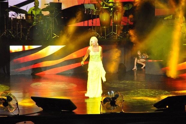 Superstar'a şok protesto! Neye uğradığını şaşırdı -1-Harbiye Açıkhava'daki konserine 1 saat geç çıkan, playback yapan Ajda Pekkan hayranlarını kızdırdı...