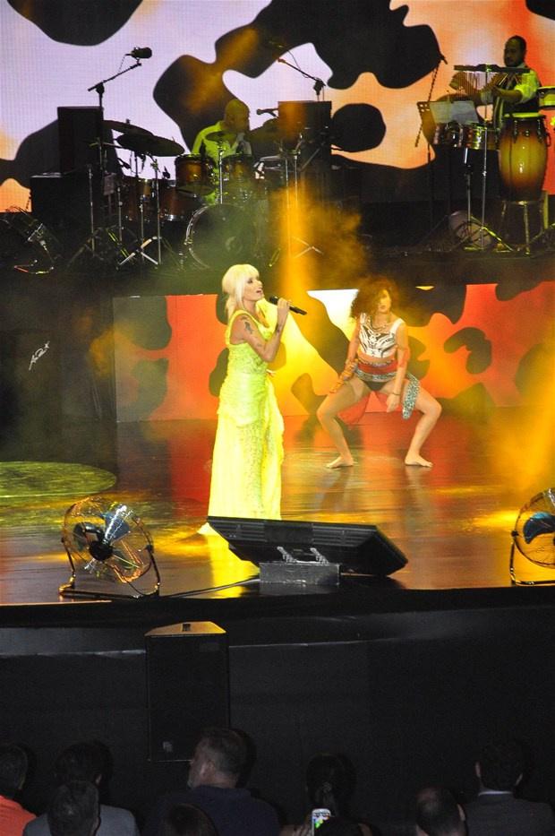 Superstar'a şok protesto! Neye uğradığını şaşırdı -2-Ajda Pekkan Harbiye Açıkhava'da verdiği konserde playback yaparak hayranlarını hayal kırıklığına uğrattı.