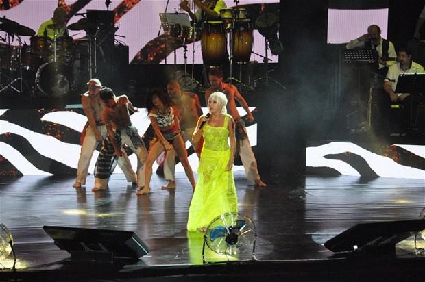 Superstar'a şok protesto! Neye uğradığını şaşırdı -6-Konsere yedinci şarkıdan sonra ara veren Pekkan kostümünü değiştirip yaklaşık 35 dakika sonra sahneye geri döndü.