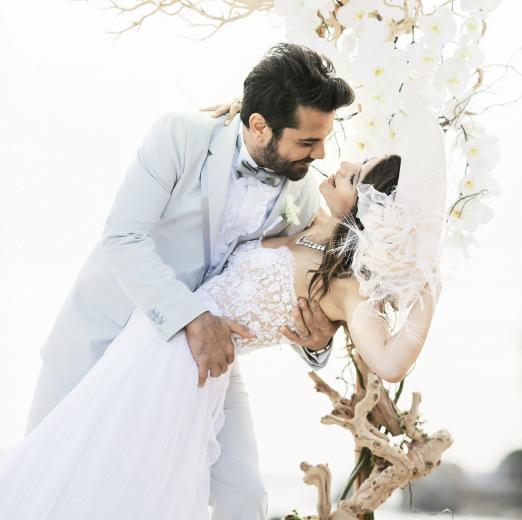 Yılın düğününün kamera arkası fotoğrafları-4-Doğulu çifti, kumsalda yürüyüp poz verirken Yıldırım da hatıra fotoğrafı çektirdi.