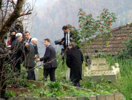 Başbakan Davutoğlu, Tayyip Erdoğan'ın mezarını ziyaret etti