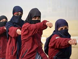 Pakistanlı kadın polisler böyle eğitim görüyor