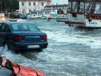Balıkesir'de şiddetli lodos denizle kara birleşti