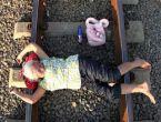 Endonezya'da şifa için demiryoluna gidiyorlar