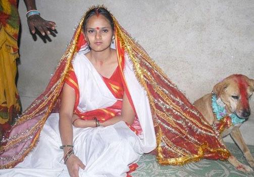 Köpekle evlenen kız