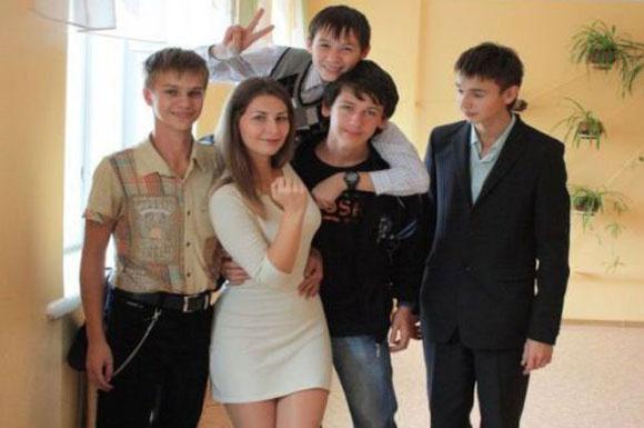 Rus öğretmen güzelliğiyle büyüledi
