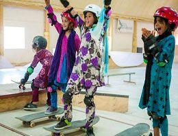 Bisiklet yasaklanınca Afgan kızlar kaykaya biniyor