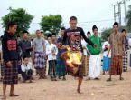Yanan hindistan ceviziyle futbol oynuyorlar