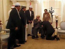 Tayland Başbakanı iftar davetinde diz çöktü