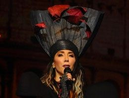 Hande Yener konserde göbeğini saklayamadı