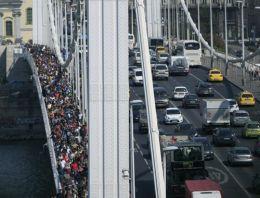 Sığınmacılar yürüyerek Avusturya'ya gidiyor