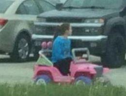 Okula oyuncak araba ile gidip geliyor