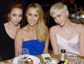 Miley Cyrus parti elbisesi ile şaşırttı!