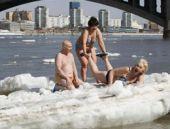 Soğuğa aldırmadan güneş banyosu yaptılar