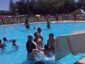 Tesettürle havuza giren kadına şok tepki