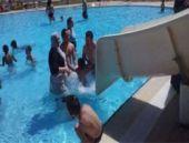 Tesettürlü havuza giren kadın çıkarıldı