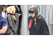 Lady Gaga sahnede soyundu sokakta tesettüre girdi!