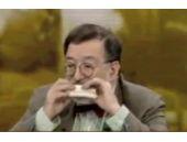 Seyirciye inat canlı yayında sandviç yedi!