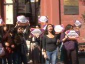 Başörtüsü kararını protesto için bina bastılar