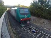 Genç adam böyle trenin altında kaldı!