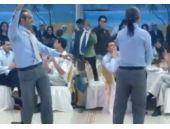 Düğünde sahnede oryantal yapan adam