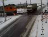 Kazakistan'da iki tren aynı anda TIR'a çarptı