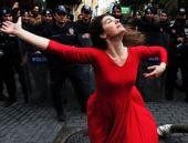 Kadıköy karıştı 'Kırmızılı kadın'a polis bakakaldı!