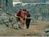 Mahsun'un yeni filminde çırılçıplak koşu! Köy boşaltıldı