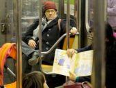 Ünlü oyuncu metroya bindi