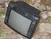 Televizyonu kırıp bahçeye attı çünkü