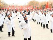 Çin yönetimi imamları zorla dans ettirdi