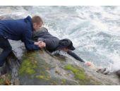 Okyanusa düştü... Genç adam arkasından atladı