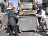 İşçiler greve girince çöpü başkan topladı