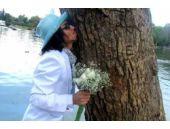 Parktaki ağaçla evlenen adam şaşırttı