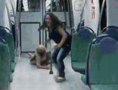 Zombi kadına arkadan dokununca...