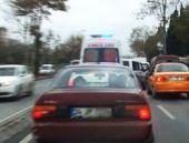 Ambulansın arkasına takılanlar yandı!