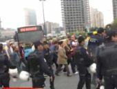 Beşiktaş'ta polis barikatını böyle aştılar
