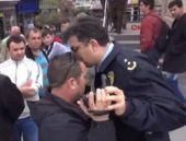 Polis müdüründen önce küfür sonra yumruk!